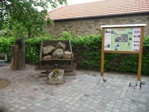 Dorfplatz mit Schautafel zur Arzdorfer Geschichte und seinen Steinbrüchen