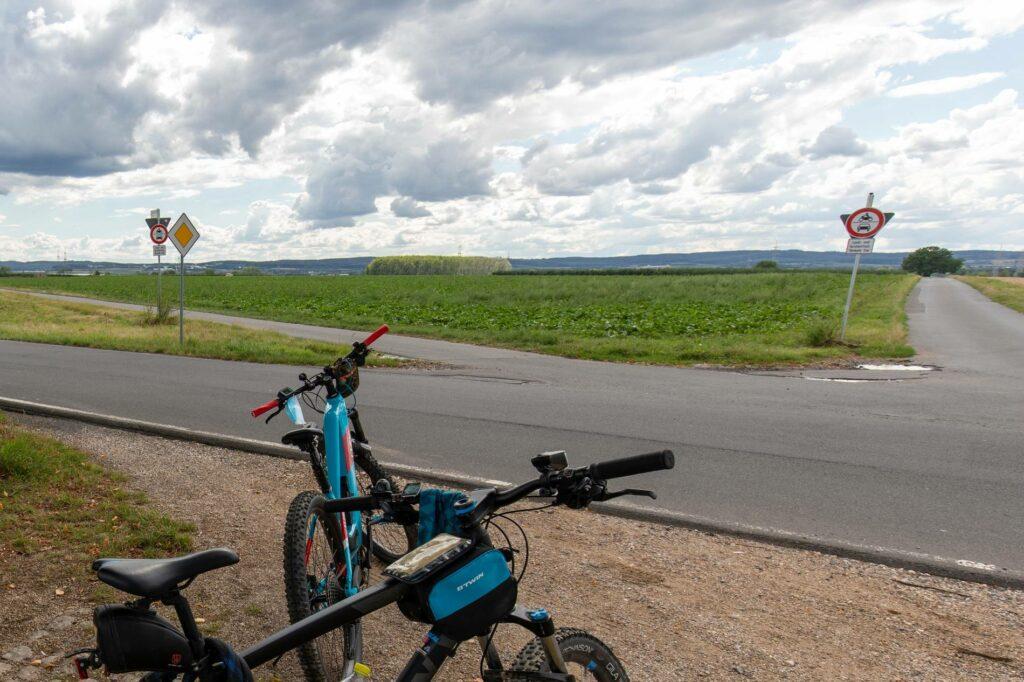 Die schwarz-grüne Koalition in Wachtberg informiert sich über kleine, platzsparende Windsäulen, die wie Windräder funktionieren.